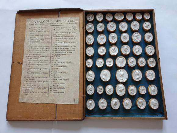 XIX-wieczna KOLEKCJA BIAŁEJ GLIPTYKI – komplet 50 GEMM – W DREWNIANEJ KASECIE